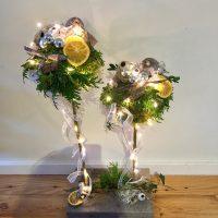 Kerststuk op steigerhout 30 cm met ballen